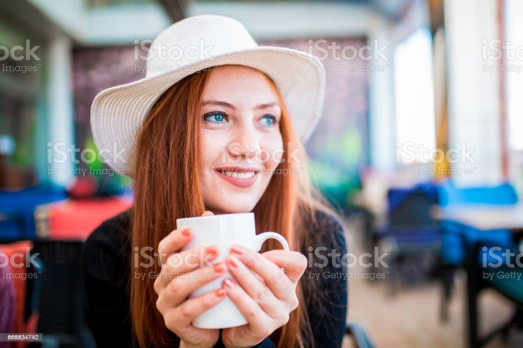 Schöne blonde Frau sitzt im Kopf Lizenzfreies stock-foto