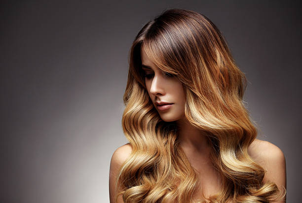 beautiful blonde woman with long, healthy , straight and shiny hair. - salon de beauté photos et images de collection