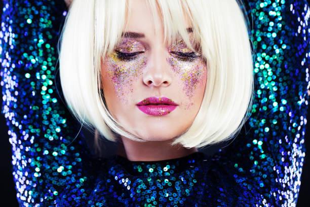schöne blonde frau mit party glitzert make-up - blaues augen make up stock-fotos und bilder