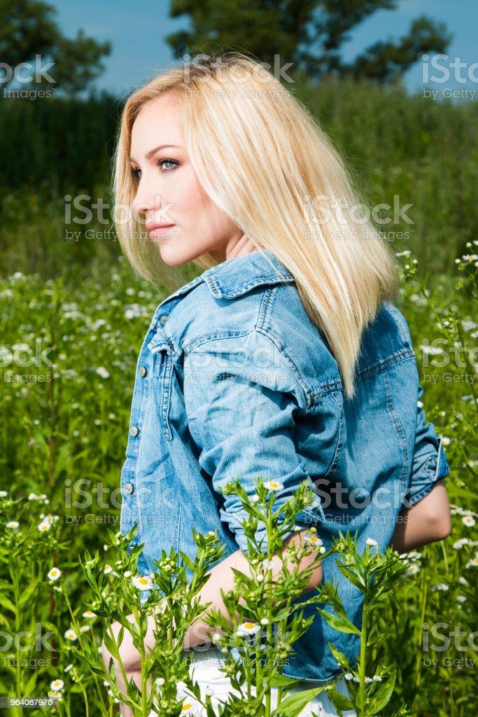 美しい金髪の若い女性のフィールド - 1人のロイヤリティフリーストックフォト