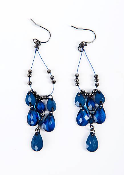 schöne blaue kristall und perlen ohrringe - ohrringe tropfen stock-fotos und bilder