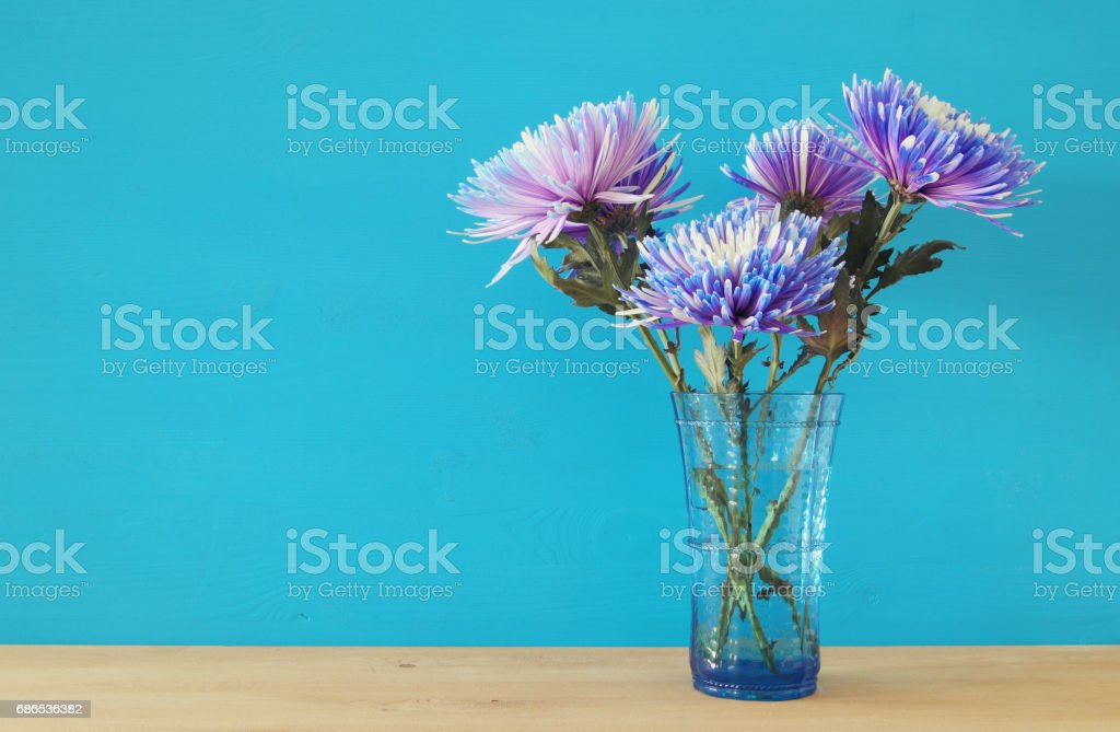beautiful blue flowers arrangement in the vase on wooden table foto stock royalty-free