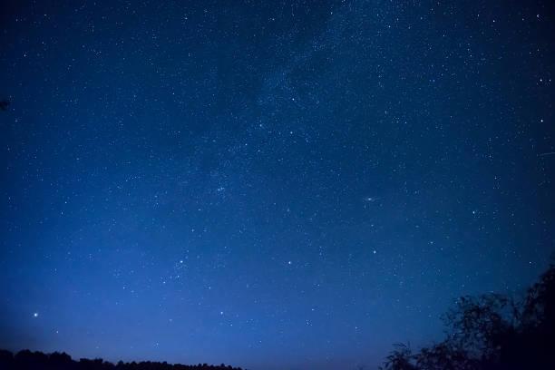 Wunderschönen blauen Nachthimmel mit vielen Sternen – Foto