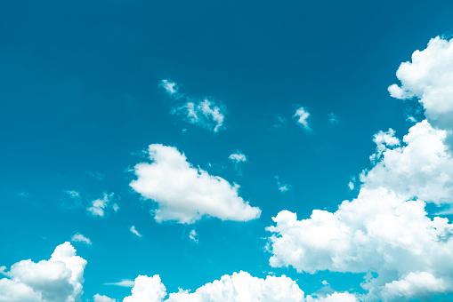 아름 다운 푸른 하늘 그리고 흰 적 운 구름 배경입니다 평화 여름 밝은 날에 대 한 배경입니다 여름 배경 행복 한 분위기 재미와 휴가 일에 대 한 사용 0명에 대한 스톡 사진 및 기타 이미지