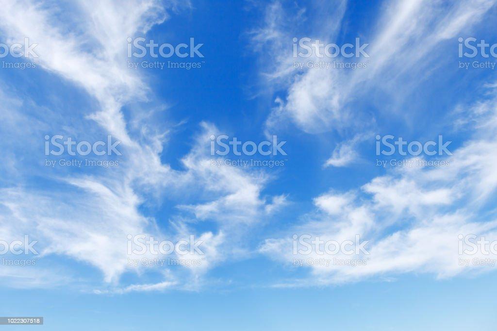 Schönen blauen Himmel über dem Meer mit durchscheinenden, weißen, Cirrus-Wolken – Foto