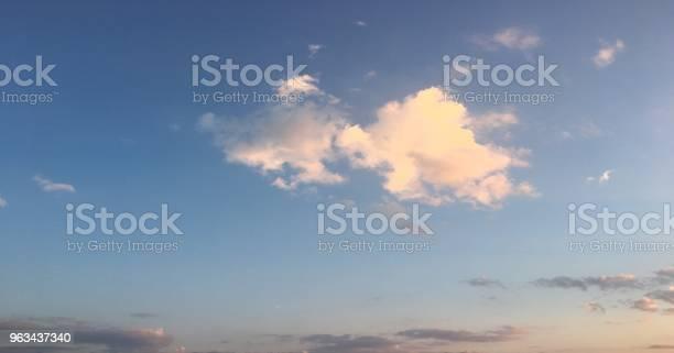 Piękne Błękitne Niebo Z Chmurami Tła Niebo Z Chmurami Pogoda Natura Chmura Niebieska Błękitne Niebo Z Chmurami I Słońcem - zdjęcia stockowe i więcej obrazów Atmosfera - Wydarzenia