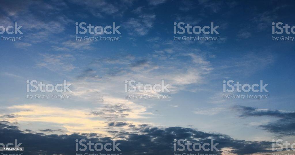 beau ciel bleu avec fond de nuages. Ciel avec nuage de nature nuages météo bleu. Ciel bleu avec des nuages et soleil. - Photo de Ambiance - Événement libre de droits