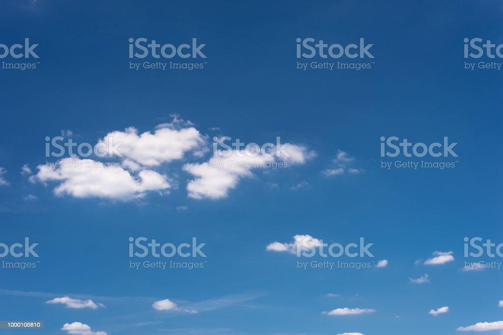 Schöner blauer Himmel mit Wolken an einem heißen Sommertag. – Foto