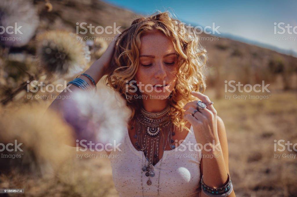 Journée de belle fille bohémienne rêveur en champ au coucher du soleil - Photo