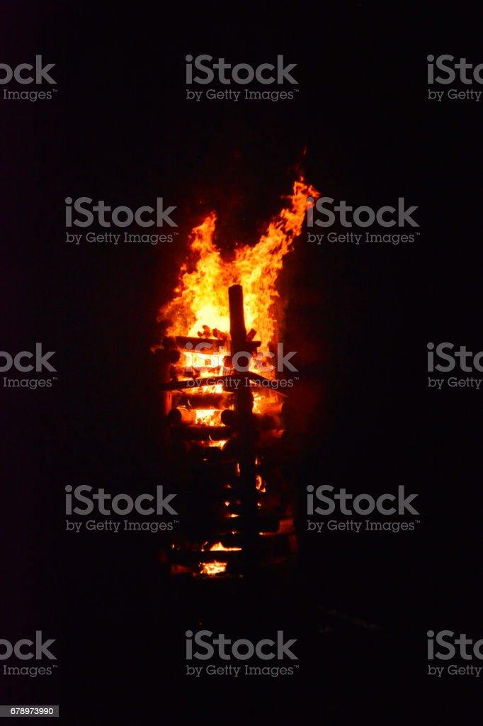 Beau feu de joie dans la nuit photo libre de droits