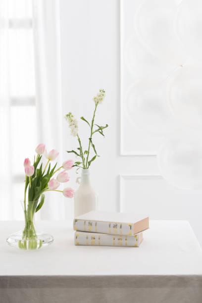 Schöne Bücher und Blumen auf dem Tisch – Foto