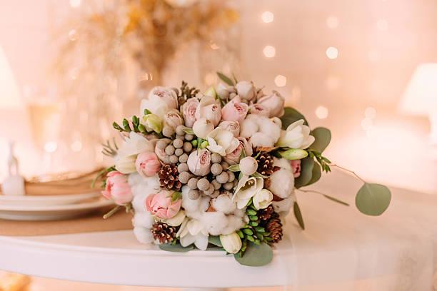 beautiful bouquet bride in winters style - brautstrauß aus holz stock-fotos und bilder