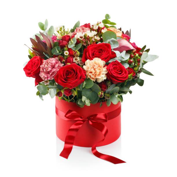 mooi boeket in een rood doosje op wit - boeket stockfoto's en -beelden