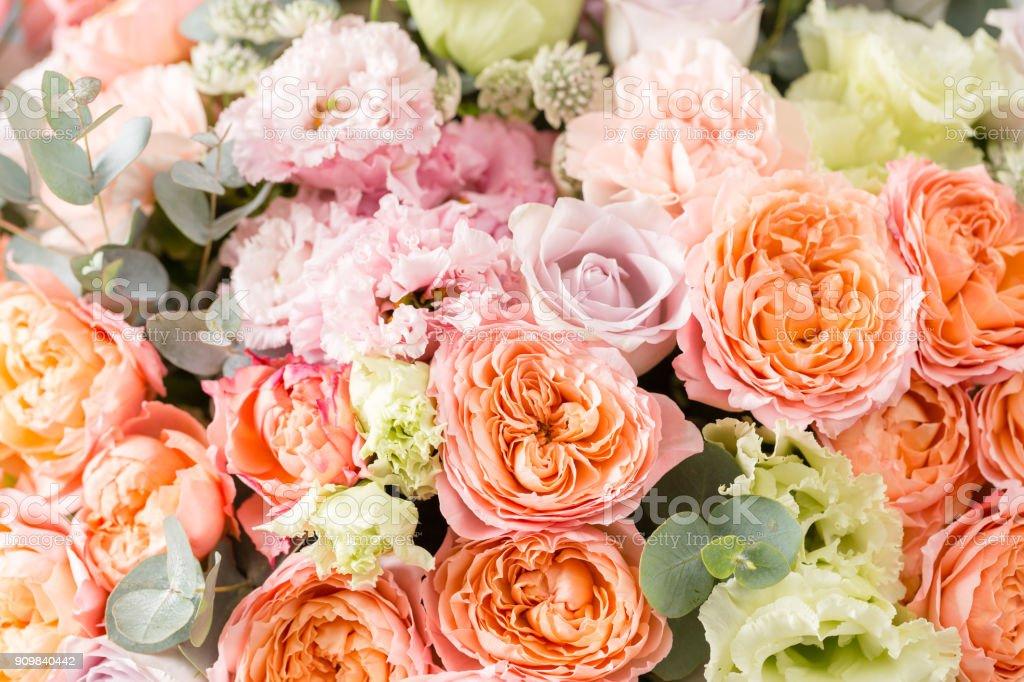 schöner Blumenstrauß von gemischten Blumen in einer Vase auf Holztisch. die Arbeit der Floristen in einem Blumenladen – Foto