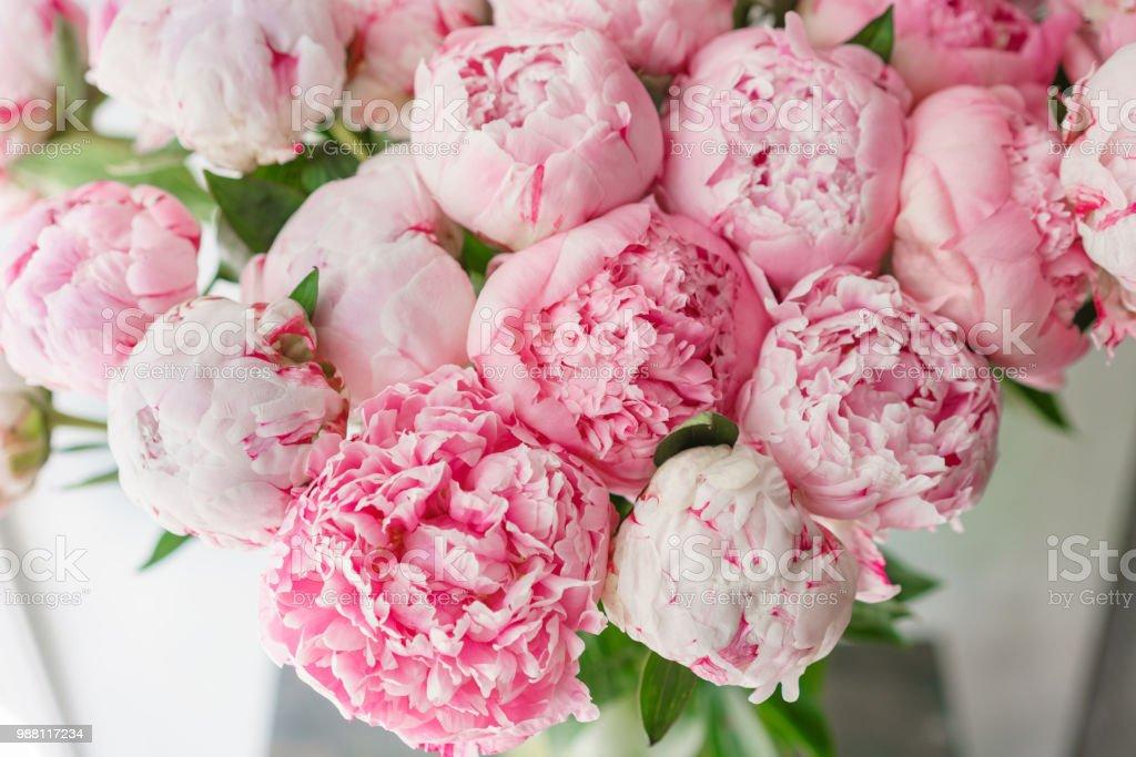 Beau Bouquet De Pivoines Roses Composition Florale Lumiere Du Jour