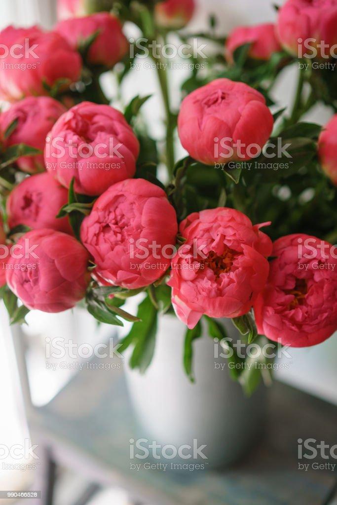 Beau Bouquet De Pivoines Rouges Composition Florale Lumiere Du Jour