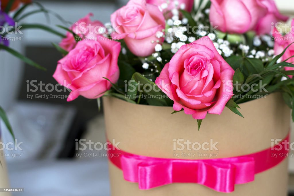 Lindo buquê de rosas em uma caixa de presente. Buquê de rosas. Close-up de rosas. - Foto de stock de Amor royalty-free