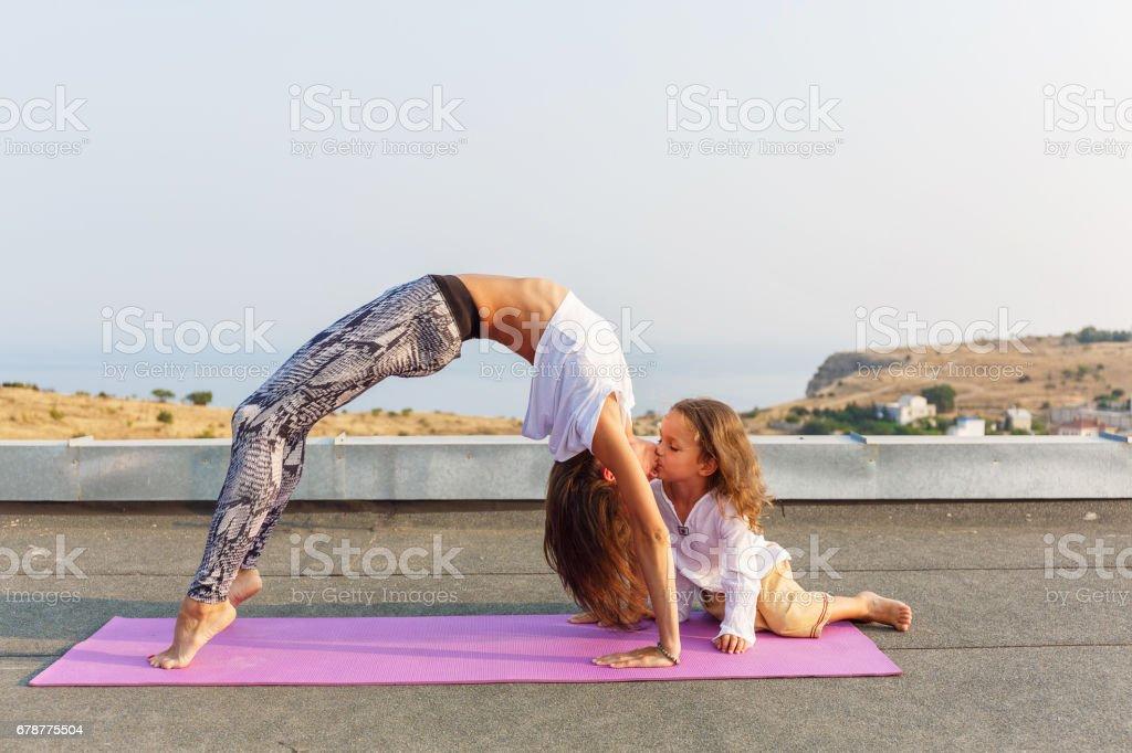 Güzel çocuk yoga mat royalty-free stock photo
