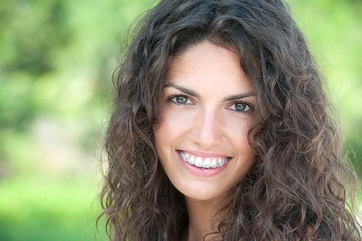 Wunderschöne Zahnspange Lächeln Stockfoto und mehr Bilder von 20-24 Jahre