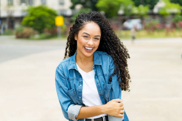 Hermosa chica brasileña con tirantes de pelo rizado - foto de stock