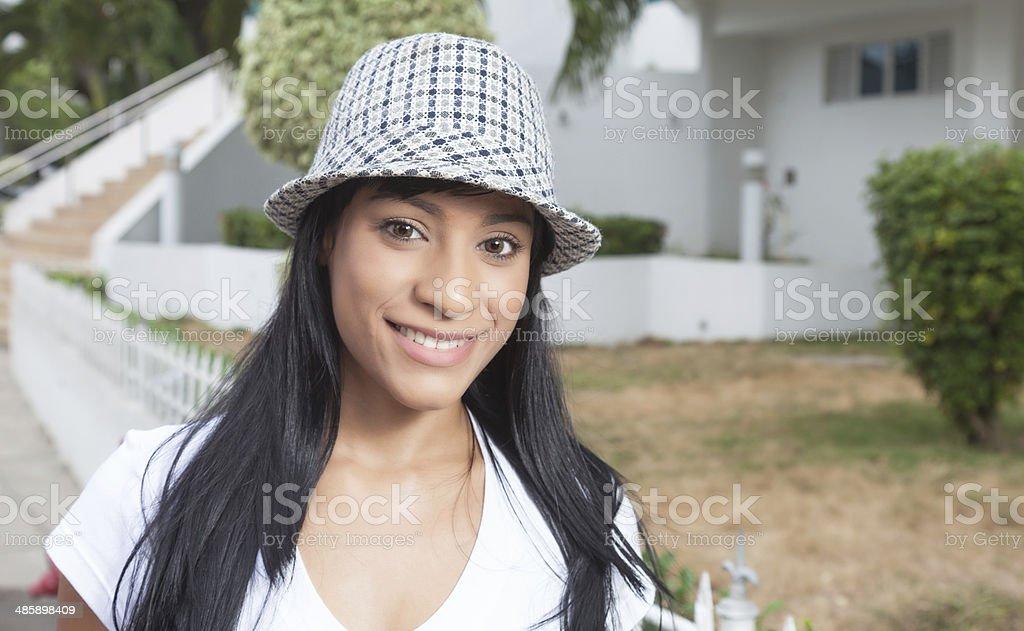 Linda mulher com chapéu brasileira fora rindo na câmera - foto de acervo