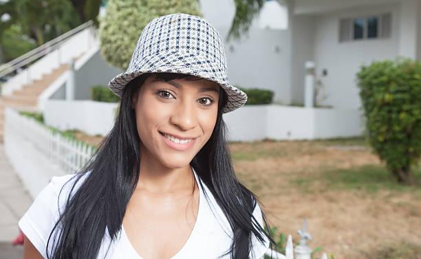 linda mulher com chapéu brasileira fora rindo na câmera - belas mulheres argentina - fotografias e filmes do acervo