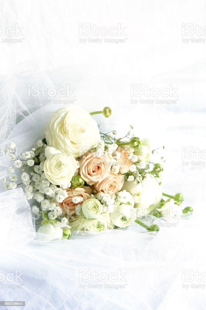 Photo Libre De Droit De Beau Bouquet De Mariee De Roses Roses Pales Et De Fleurs De Renoncule Blanc Sur Fond De Toile De Lin Blanc Espace Copie Banque