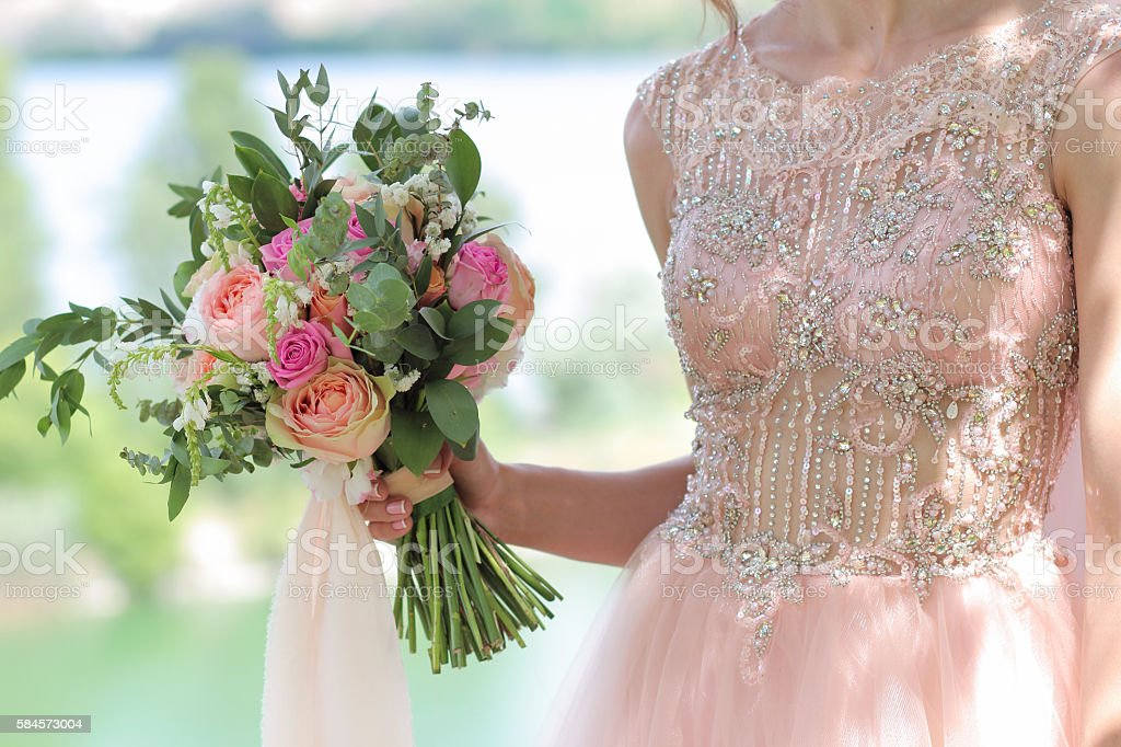 Beautiful bridal bouquet in hands of the bride. – Foto