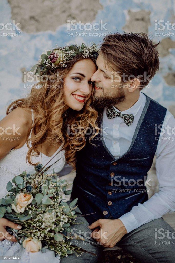 Schöne Braut und Bräutigam vor alte schäbige Haus. – Foto
