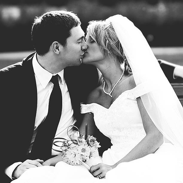 schöne braut und bräutigam hochzeit kleid küssen - schöne bilderrahmen stock-fotos und bilder