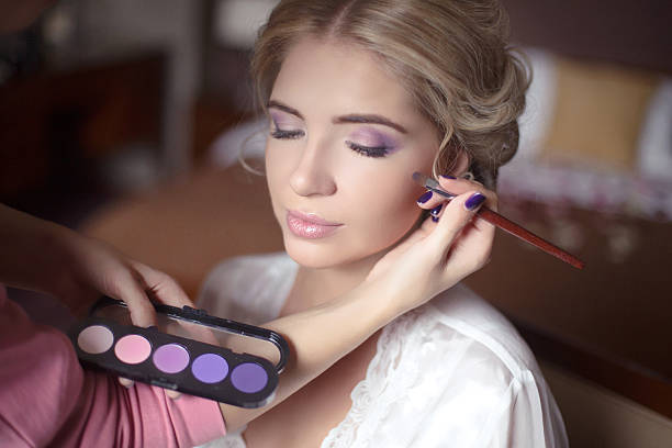 schöne braut mädchen mit hochzeit make-up und frisur. stylist - brautstyling stock-fotos und bilder