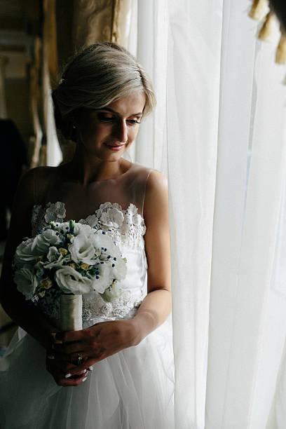 美しい新婦様のウェディングドレスに、ウィンドウが表示されます。 ストックフォト