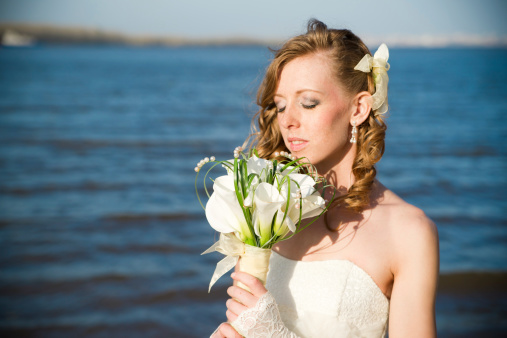 674214372 istock photo Beautiful bride in a white dress 481030853