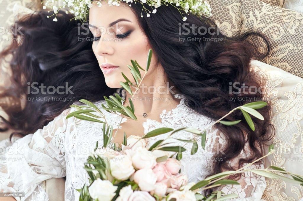 9a1a61bbf Foto de Noiva Linda Em Lingerie E Com Uma Coroa De Flores Na Cabeça ...