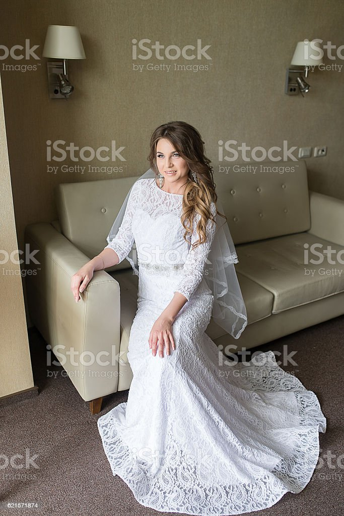 Beautiful bride in luxury hotel room. photo libre de droits