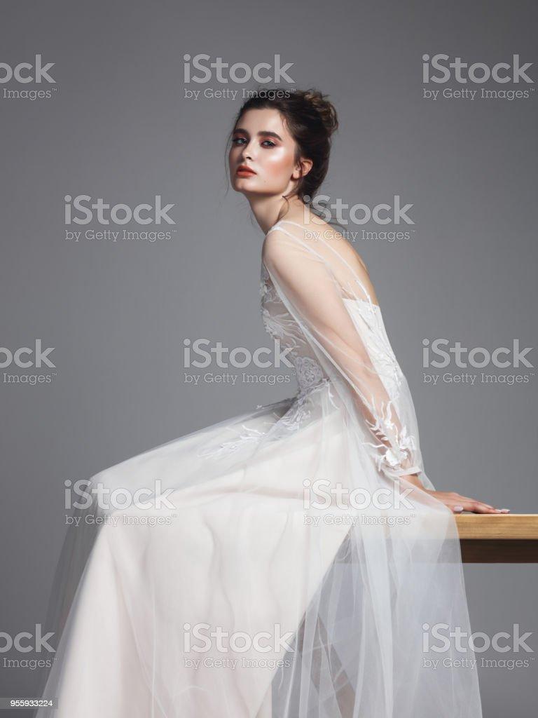 Schöne Braut im Hochzeitskleid – Foto