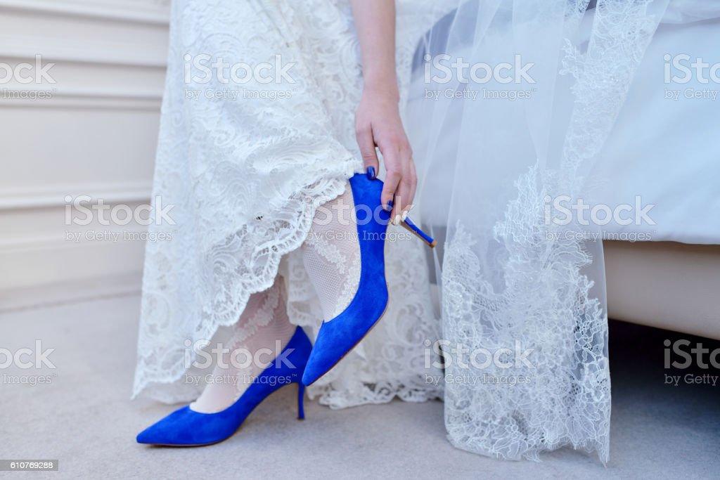 Beautiful Bride In White Wedding Dress Is Wearing Shoes Foto