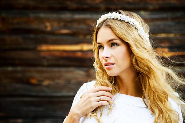 Wunderschöne Braut mit hölzernem Hintergrund – Foto