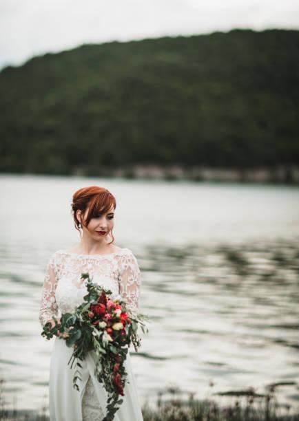 schöne braut zu fuß am meer - hochzeitsfrisur boho stock-fotos und bilder