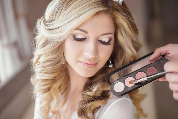 schöne braut hochzeit make-up und lockiges frisur. stylist - brautstyling stock-fotos und bilder