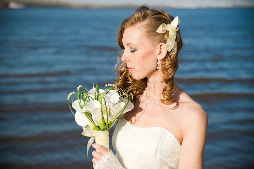 674214372 istock photo Beautiful bride with a bouquet of calla lilies 488048409