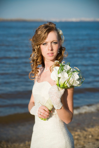 674214372 istock photo Beautiful bride with a bouquet of calla lilies 488784443