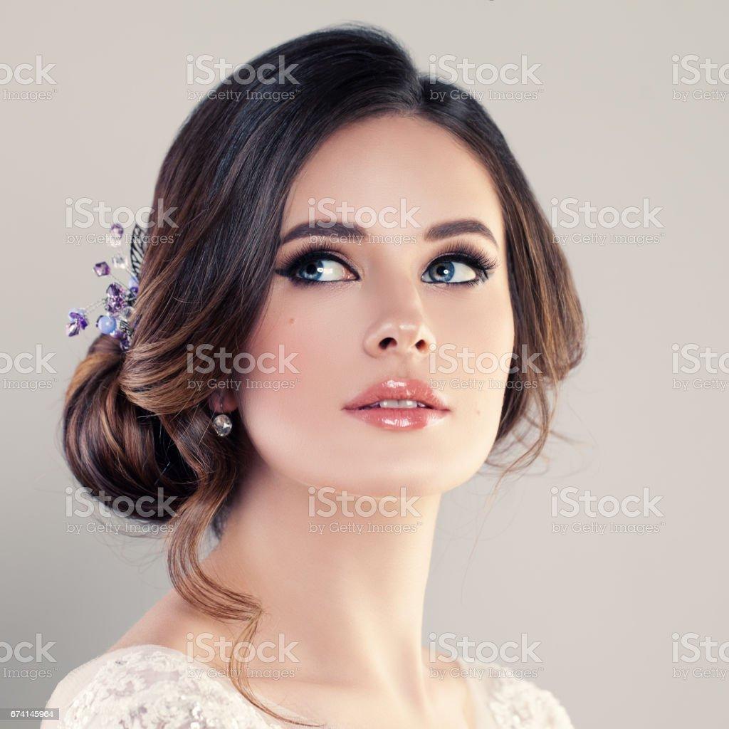 591b2d1f21c Photo libre de droit de Belle Mariée Avec Maquillage Et Coiffure De ...