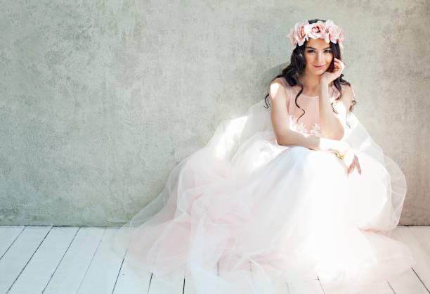 schöne braut frau in tüllrosen hochzeitskleid, lifestyle-porträt - tüllkleid stock-fotos und bilder