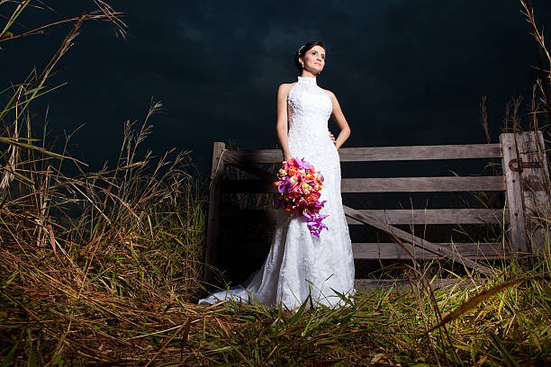 Beautiful Bride's Dress and Bouquet at nifgt in a farm - foto de acervo