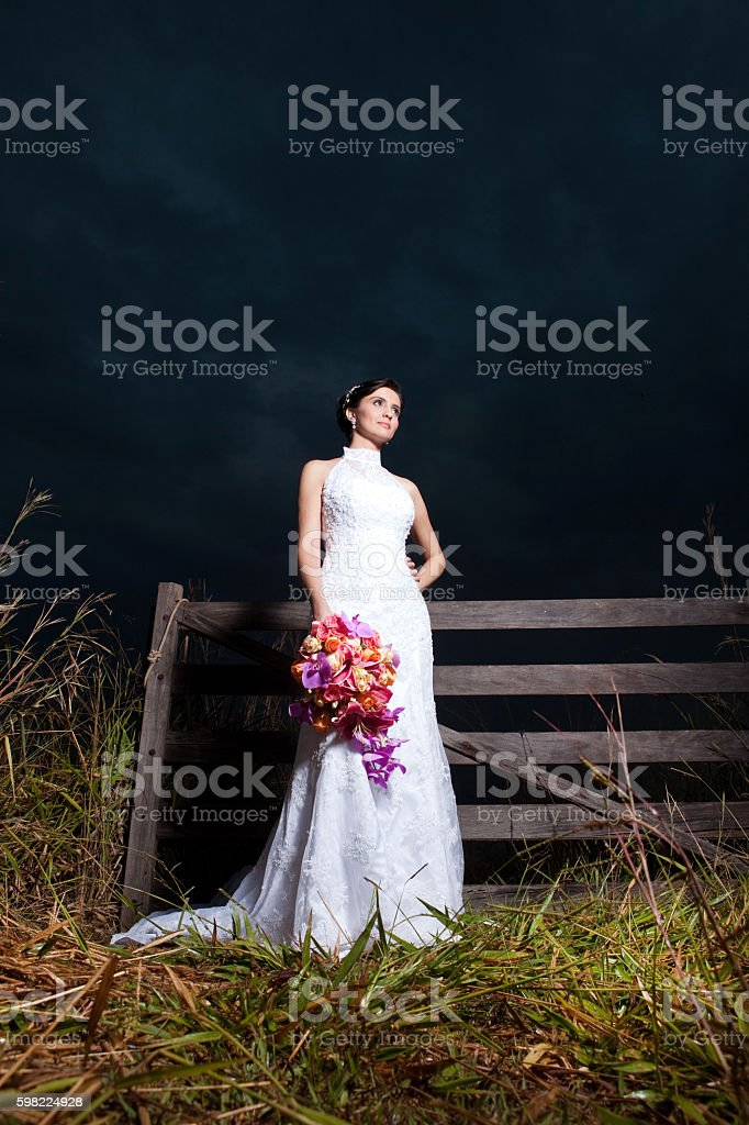 Beautiful Bride's Dress and Bouquet at night in a farm foto royalty-free