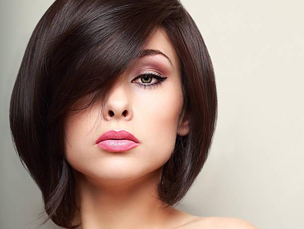 Schöne Frau mit hellen Make-up schwarzen Kurzes Haar Stil.  Nahaufnahme – Foto