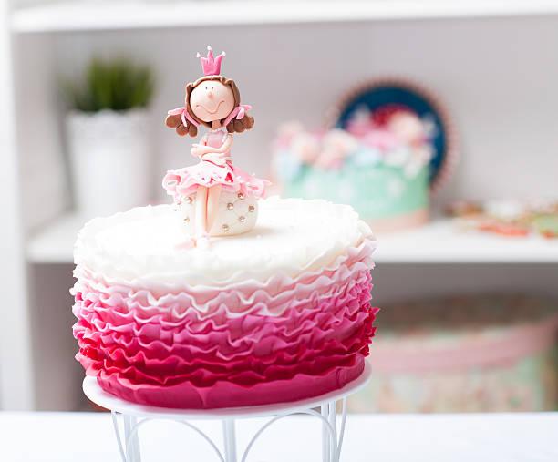 wunderschöne bright pink princess kuchen auf dem tisch - prinzessinnen torte stock-fotos und bilder
