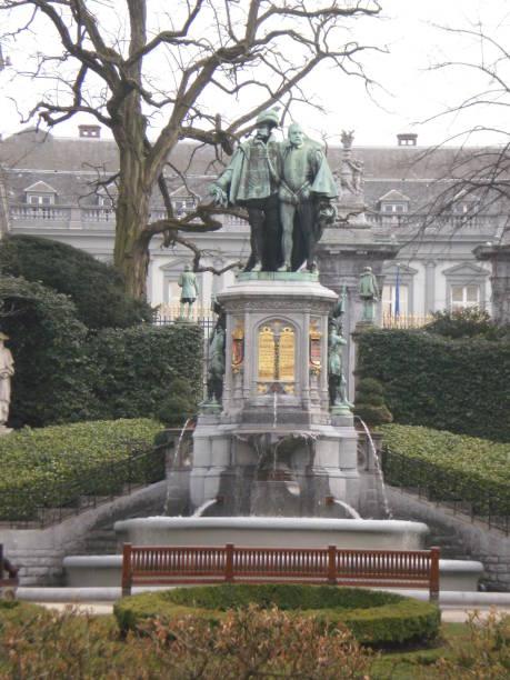 Schöne Bronze-Skulptur von Ecmon Hörner und Ecmon Hoorn in einem der Parks in Brüssel. – Foto