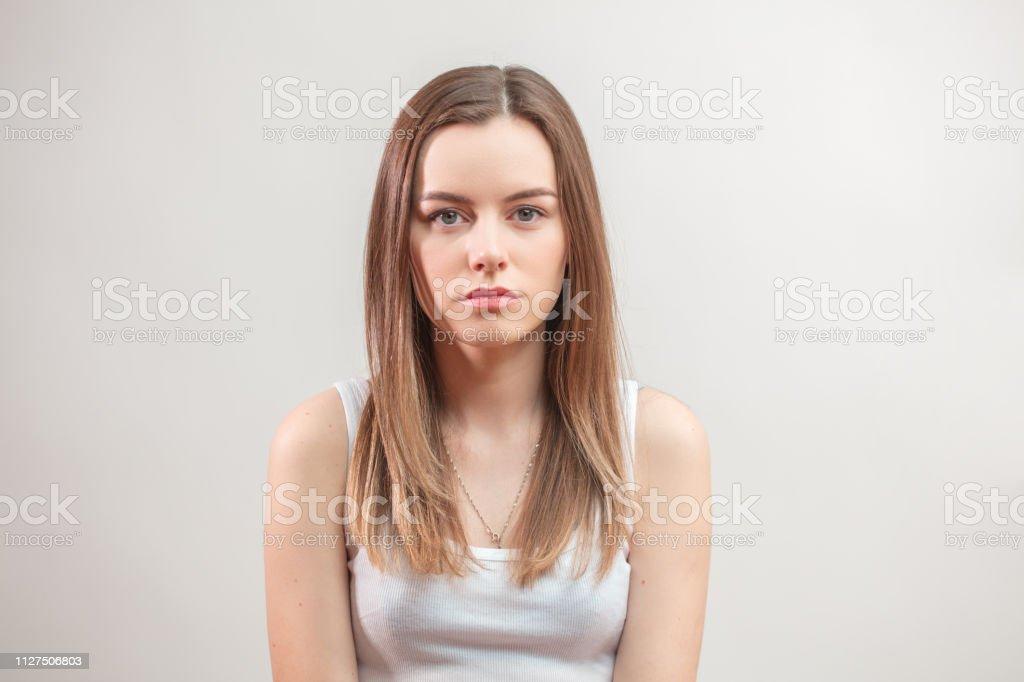Schöne Braune Mädchenakt Im Weißen Oberteil Das Färben Haare